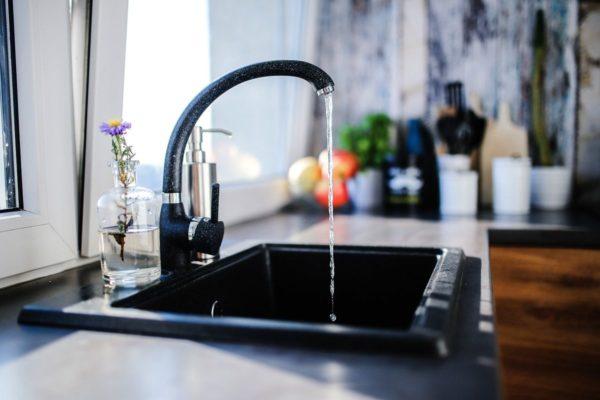 evier avec robinet mitigeur dans une cuisine