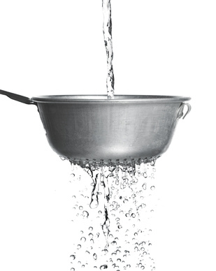 De l'eau qui coule à travers une passoire.