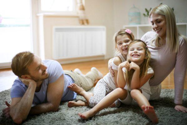 famille souriante dans un salon