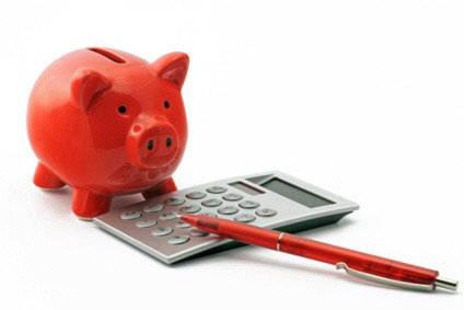 tirelire en forme de cochon avec une calculatrice et un stylo