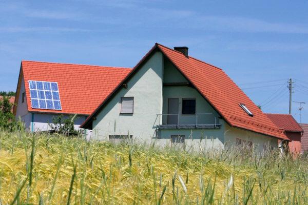 panneaux photovoltaiques sur un toit