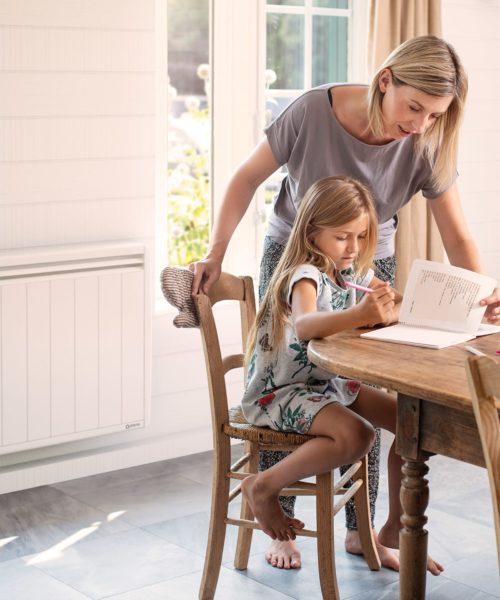 maman et sa fille faisant les devoirs