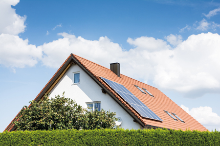 Panneaux solaires sur le toit d'une maison.