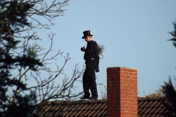 ramoneur de cheminee sur un toit