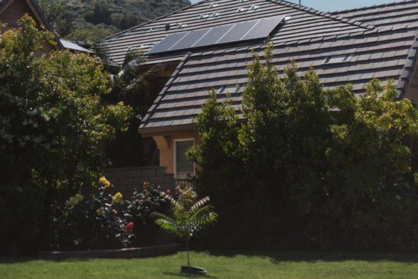 panneaux solaires sur un toit de maison