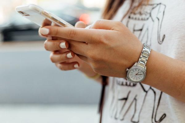mains avec smartphone