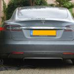 Peut-on recharger une voiture électrique avec des panneaux solaires?