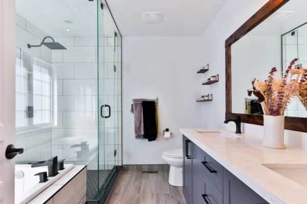 salle de bain avec ceramique blanche
