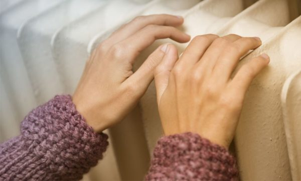 mains sur radiateur chauffage au gaz