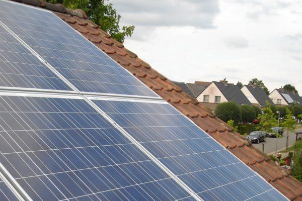 toit de maison avec des panneaux photovoltaiques